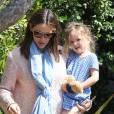 Jennifer Garner sort de chez elle entourée de ses deux filles Violet et Seraphina. L'actrice les emmène à leur cours de danse. 5 mai 2012