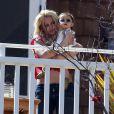 Britney Spears avec un enfant de la famille Spears, à Los Angeles, le 5 mai 2012.
