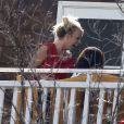 Britney Spears profite du soleil sur une terrasse, en famille, à Los Angeles, le 5 mai 2012.
