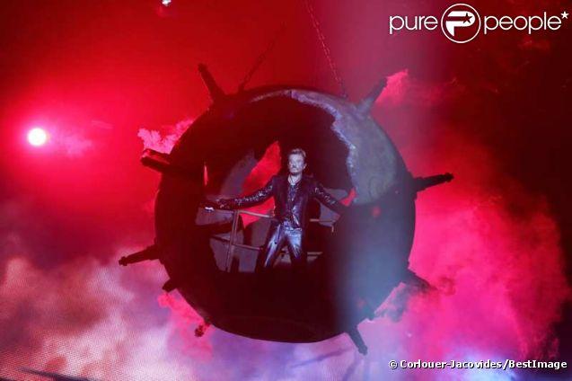 Exclu : Entrée sur scène impressionnante pour Johnny Hallyday, à Montpellier pour le coup d'envoi de sa tournée, le 14 mai 2012.