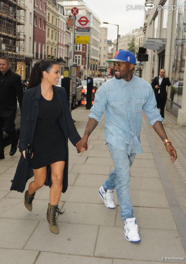 Kanye West et Kim Kardashian sortent de leur hôtel Athaneaum pour aller au restaurant Hakkasan, le 20 mai 2012 à Londres