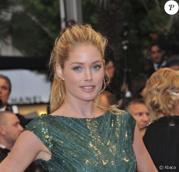 Doutzen Kroes à la montée des marches du Palais des Festivals, pour le film Cosmopolis, à Cannes le 25 mai 2012