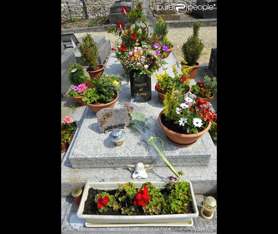 La tombe de romy schneider au cimeti re de boissy sans for Se balader dans les yvelines