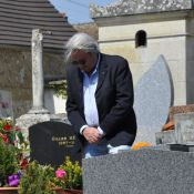 Romy Schneider : Alain Delon, seul, se recueille sur sa tombe