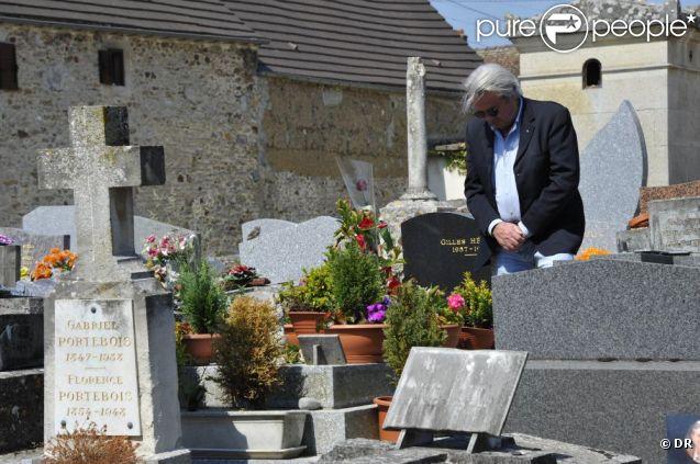 Alain Delon se recueillant le 29 mai 2012 sur la tombe de Romy Schneider, trente ans après sa mort