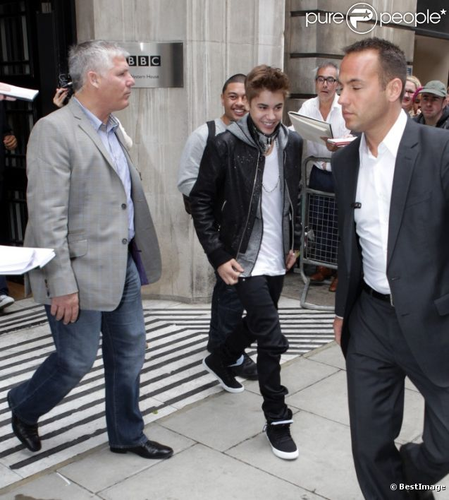 Justin Bieber à la sortie de la radio BBC One, le mercredi 6 juin 2012 à Londres.