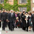 Barry Gibb et Dwina en tête de la procession aux obsèques de Robin Gibb à Thame le 7 juin 2012.
