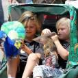 Kingston et Zuma, six et trois ans, en visite au Zoo avec leurs nounous. Los Angeles, le 9 juin 2012.