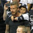 David Beckham et son fils Cruz sur les épaules pendant la finale de la Stanley Cup au Staples Center de Los Angeles, le 11 juin 2012.