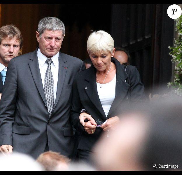 Jean-Michel Larqué et sa femme lors des obsèques de Thierry Roland le 21 juin 2012 en l'église Sainte-Clotilde à Paris