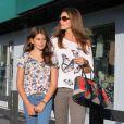 Cindy Crawford et sa fille Kaia partage en moment de complicité mode. A Los Angeles, le 22 juin 2012.