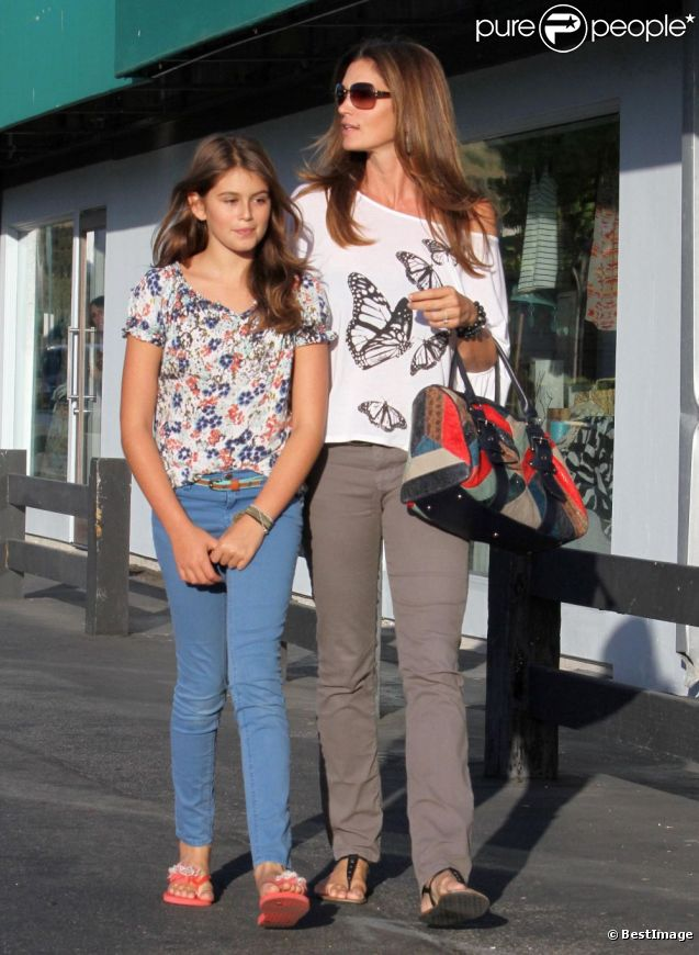 9e09dd91ef197 Cindy Crawford et sa fille Kaia partage en moment de complicité mode. A Los  Angeles
