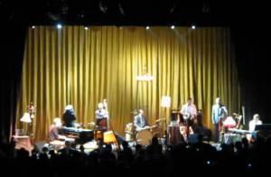 Hugh Laurie : En plein concert, il trinque à la santé de ses fans