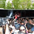 C'est l'émeute lorsque les candidats sortent du bus lors du showcase des Anges de la télé-réalité 4 au Ice Baar des Chalos-Elysées le 27 juin 2012 à Paris
