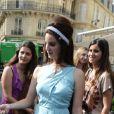 Lana Del Rey profite d'une journée ensoleillée avec sa soeur après avoir déjeuné avec Harvey Weinstein au restaurant  L'Avenue  à Paris le 2 juillet 2012