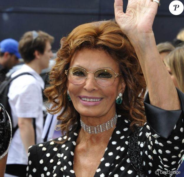 Sophia Loren arrive au Théâtre National de Chaillot pour le défilé Giorgio Armani Privé. Paris, le 3 juillet 2012.
