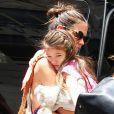 """""""Katie Holmes, comme souvent, porte sa fille Suri dans les rues de New York, le 5 juillet 2012"""""""