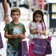 """""""Katie Holmes passe une journée complice avec sa fille et ses amis dans les rues de New York, le 5 juillet 2012 - Serait-ce le petit-ami de Suri ?"""""""