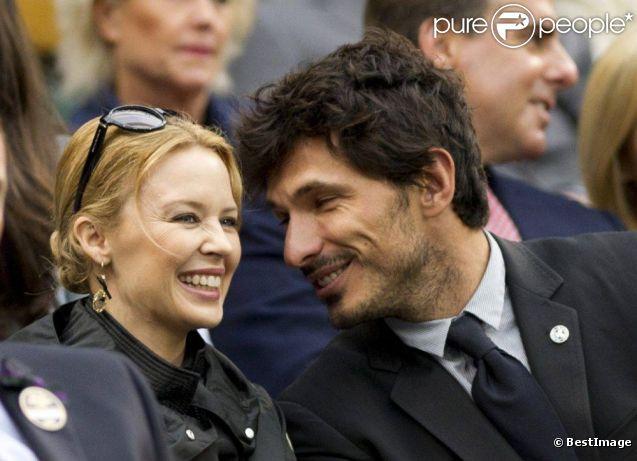 Kylie Minogue et Andres Velencoso, deux amoureux dans les tribunes de Wimbledon pour observer Novak Djokovic et Roger Federer se disputer une place en finale du tournoi. Londres, le 6 juillet 2012.