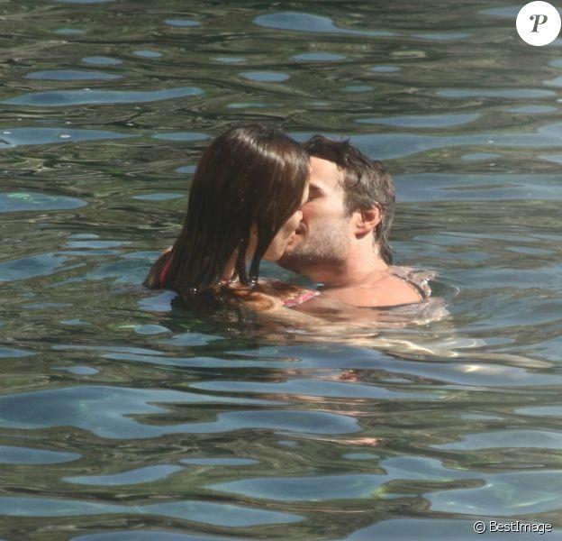 Les eaux thermales de l'île d'Ischia réveillent les envies coquines de Kelly Brook et Thom Evans, surpris durant leur baignade. Le 12 juillet 2012.