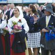 Trempé en 2011, le roi était paré, cette fois. La princesse Victoria de Suède a fêté dans la joie et l'allégresse son 35e anniversaire le 14 juillet 2012, assistant comme chaque année dans la soirée au festival de Borgholm, sur l'île d'Öland, en habit traditionnel et en compagnie de sa famille - le prince Daniel, le roi Carl XVI Gustaf, la reine Silvia, le prince Carl Philip et la princesse Madeleine.