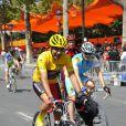 Ary Abittan sur le tournage de La Grande Boucle le 22 juillet 2012. Il se trouve sur les Champs-Elysées avant que les véritables coureurs du Tour de France n'arrivent.