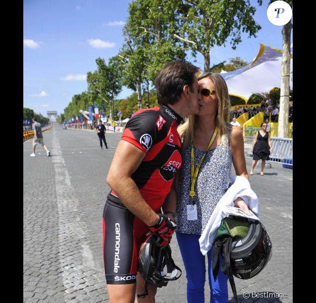Clovis Cornillac, avec sa compagne Lilou Fogli sur le tournage de La Grande Boucle le 22 juillet 2012. Il se trouve sur les Champs-Elysées avant que les véritables coureurs du Tour de France n'arrivent.