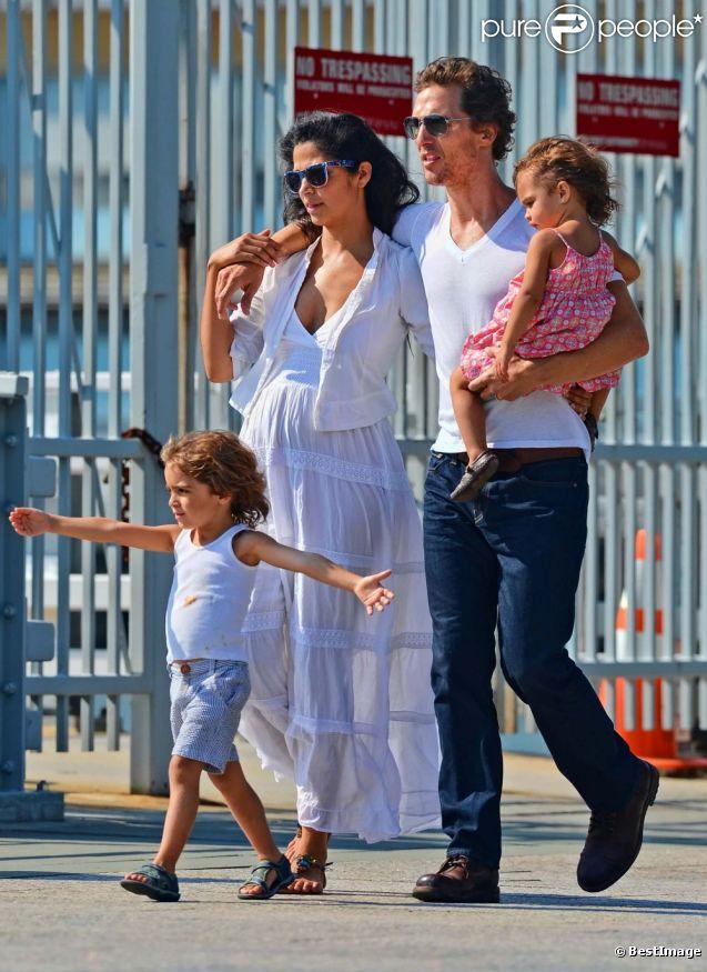 Belle journée pour Matthew McConaughey et sa femme Camila : ils se promènent sur les bords de l'Hudson River à New York avec leurs enfants Levi et Vida. Le 22 juillet 2012