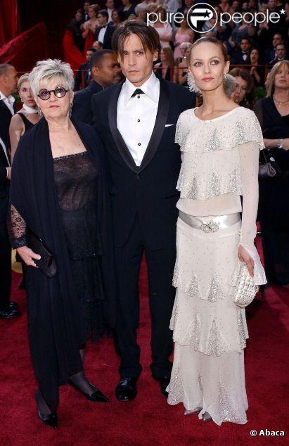 Johnny Depp avec sa mère Betty et Vanessa Paradis en 2004 lors des Oscars