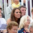 Kate Middleton, le prince William et le prince Harry, toujours très complices, ont encouragé Zara Phillips et l'ont vue décrocher sa première médaille olympique.   Comme la veille lors de l'épreuve de cross, les membres de la famille royale britannique étaient nombreux mardi 31 juillet 2012 à Greenwich Park pour soutenir Zara Phillips et la voir décrocher avec l'équipe britannique de concours complet la médaille d'argent aux Jeux olympiques de Londres.