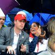 D'une bonne humeur imperméable à la pluie, Kate Middleton, son mari le prince William et son beau-frère le prince Harry ont applaudi la première médaille olympique de Zara Phillips. Comme la veille lors de l'épreuve de cross, les membres de la famille royale britannique étaient nombreux mardi 31 juillet 2012 à Greenwich Park pour soutenir Zara Phillips et la voir décrocher avec l'équipe britannique de concours complet la médaille d'argent aux Jeux olympiques de Londres.