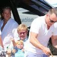 Elton John, son compagnon David Furnish et leur fils Zachary arrivent au Club 55 à Saint-Tropez le 2 août 2012