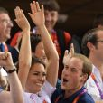 Kate Middleton et le prince William euphoriques jeudi 2 août 2012 au vélodrome de Stratford : un câlin joyeux pour célébrer la médaille d'or du trio britannique Philip Hindes-Chris Hoy-Jason Kenny, champions de la vitesse sur piste aux Jeux olympiques.