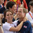 Kate Middleton et le prince William, emportés par l'euphorie, se sont tombés dans les bras l'un de l'autre jeudi 2 août 2012 au vélodrome de Stratford : un câlin joyeux pour célébrer la médaille d'or du trio britannique Philip Hindes-Chris Hoy-Jason Kenny, champions de la vitesse sur piste aux Jeux olympiques.