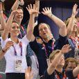 Kate Middleton et le prince William euphoriques : la ola jeudi 2 août 2012 au vélodrome de Stratford pour la médaille d'or du trio britannique Philip Hindes-Chris Hoy-Jason Kenny, champions de la vitesse sur piste aux Jeux olympiques.