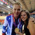 Chris Hoy peut exulter avec sa femme Sarra, jeudi 2 août 2012 au vélodrome de Stratford : le trio britannique Philip Hindes-Chris Hoy-Jason Kennya a décroché la médaille d'or de la vitesse sur piste aux Jeux olympiques.