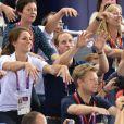 Kate Middleton et le prince William en pleine ola jeudi 2 août 2012 au vélodrome de Stratford pour la médaille d'or du trio britannique Philip Hindes-Chris Hoy-Jason Kenny, champions de la vitesse sur piste aux Jeux olympiques.
