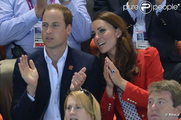 Le prince William, duc de Cambridge et Catherine, duchesse de Cambridge enthousiastes lors des finales olympiques de natation le 3 août 2012 à Londres