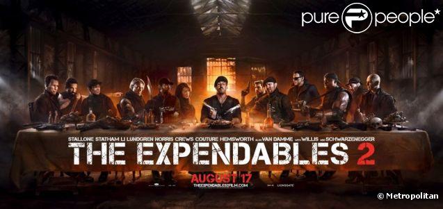 Sylvester Stallone et son équipe de bras musclés dans  Expendables 2 . L'affiche réinterprète la Cène de Leonard de Vinci, les mitraillettes en plus.