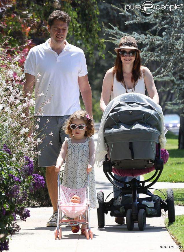 Alyson Hannigan et son mari Alexis Denisof ont le sourire avec leur petite fille Satyana et la dernière Keeva profitant d'un dimanche ensoleillé dans les rues de Brentwood le 5 août 2012