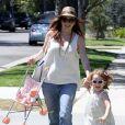 Alyson Hannigan porte la poussette de sa petite fille Satyana qui préfère courir dans les rues de Brentwood le 5 août 2012