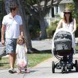 Alyson Hannigan et son mari Alexis Denisof, heureux de voir leur petite fille Satyana avec une poussette, comme maman, un dimanche ensoleillé dans les rues de Brentwood le 5 août 2012