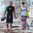 Main dans la main, Gwen Stefani à la plage avec son mari Gavin Rossdale et leur fils Zuma, le 6 août 2012 à Palm Beach