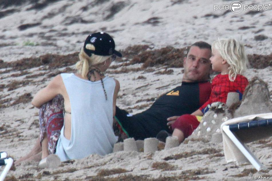 sur la plage de palm beach gwen stefani son mari gavin rossdale et leur fils zuma profitent de. Black Bedroom Furniture Sets. Home Design Ideas