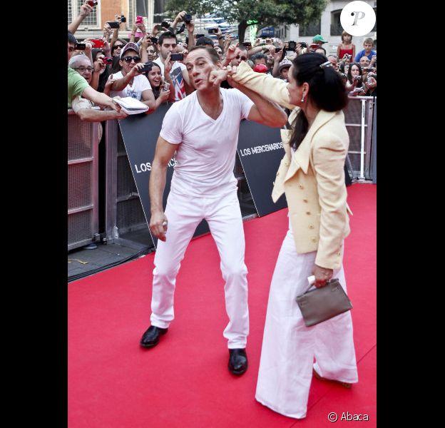 Jean-Claude Van Damme et sa femme Gladys Portugues lors de l'avant-première du film Expendables 2 : unité spéciale le 8 août 2012 à Madrid