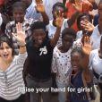 Freida Pinto, ambassadrice de Plan et de sa campagne Because I Am A Girl, lève sa main pour les filles du Sierra Leone.