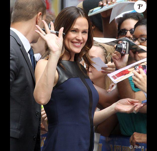 Jennifer Garner signe des autographes avant d'arriver sur le plateau du Late Show à New York, le 14 août 2012