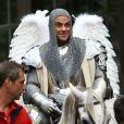 Robbie Williams en chevalier. Tournage de son nouveau clip le 17 août 2012 à Londres, avec la participation de la jeune actrice Kaya Scodelario, star de la série  Skins .