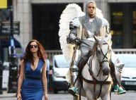 Robbie Williams: Armure, costard rose, cascades et Kaya Scodelario pour son clip