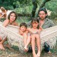 Serge Gainsbourg et Jane Birkin avec leurs enfants, Charlotte et Kate, à Saint-Tropez en 1977.